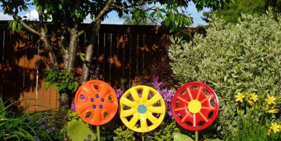 Create beautiful hubcap flowers for your garden.