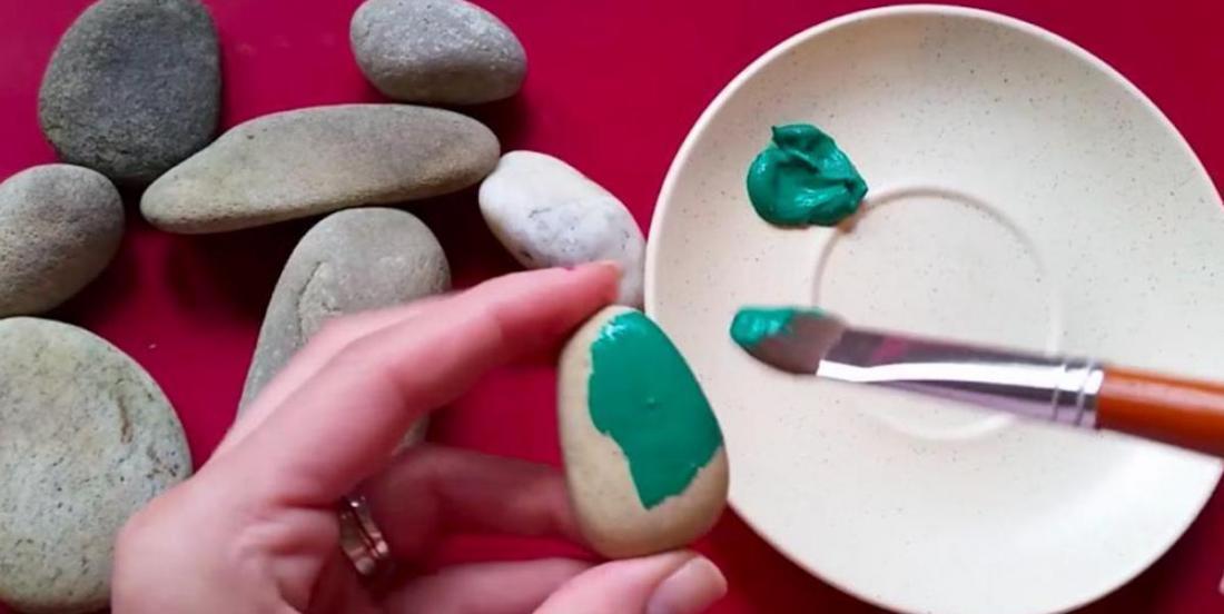 DIY: Take a look at how to make beautiful fake cactus using pebbles!